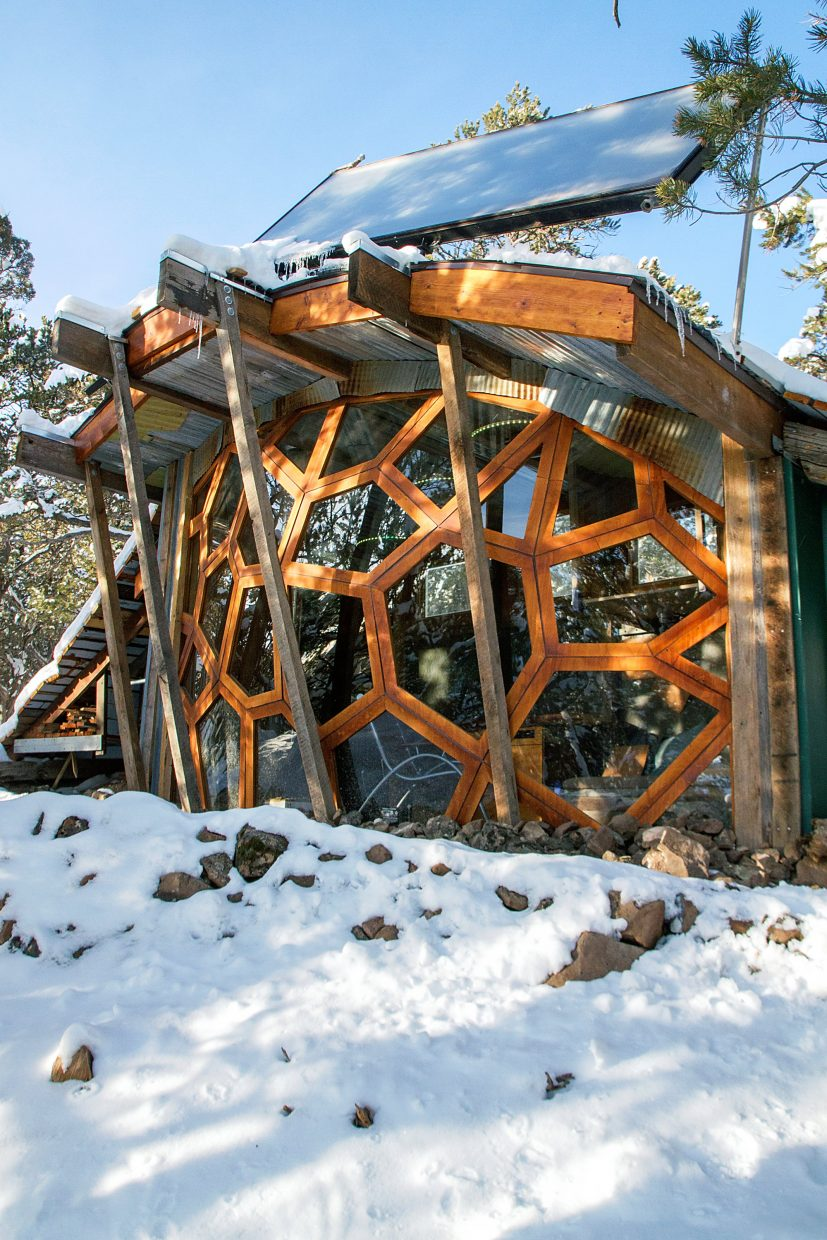 Mountain bikers build off grid tiny house for Building off the grid ana white