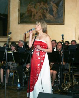"Jeannie Walla is a featured soloist at Symphony Swing, the annual fundraising gala for Symphony in the Valley. Walla's style ranges from fast-talking patter of ""Mambo Italiano"" to the swooning melody of ""The Man I Love."""
