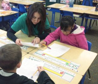 Lizdebet Nuñez, a parent mentor in the Valley Settlement Project, works with students.