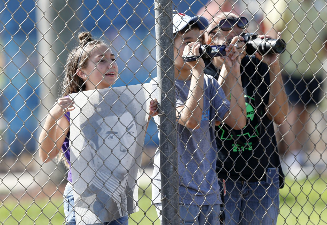 Fans of Tim Tebow catch a glimpse of him at the New York Mets' complex, Monday, Sept. 19, 2016, in Port St. Lucie, Fla. The 2007 Heisman Trophy winner and former NFL quarterback got to the complex early Monday, and started his first workout as part of their instructional league team. (AP Photo/Wilfredo Lee)