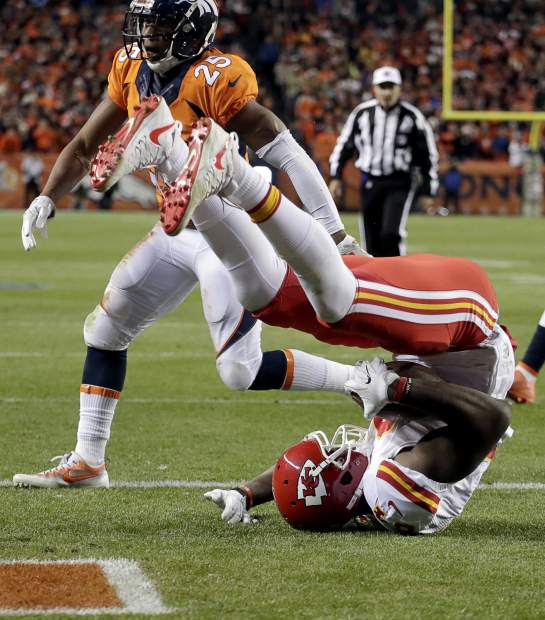 Kansas City Chiefs tight end Demetrius Harris catches a two-point conversion to tie the game as Denver Broncos cornerback Chris Harris (25) defends during the second half of an NFL football game, Sunday, Nov. 27, 2016, in Denver. (AP Photo/Jack Dempsey)