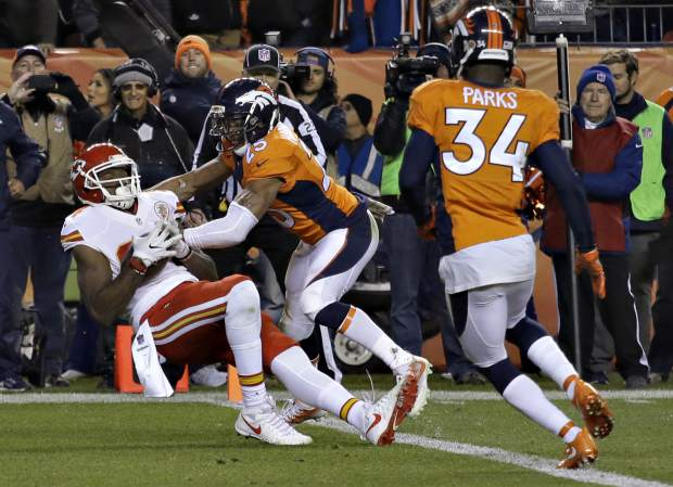 Kansas City Chiefs tight end Demetrius Harris (84) catches a two-point conversion to tie the game as Denver Broncos cornerback Chris Harris (25) defends during the second half of an NFL football game, Sunday, Nov. 27, 2016, in Denver.(AP Photo/Joe Mahoney)