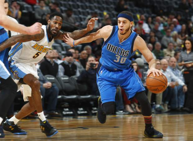 Dallas Mavericks guard Seth Curry, right, drives to the net past Denver Nuggets guard Will Barton in the first half of an NBA basketball game, Monday, Feb. 6, 2017, in Denver. (AP Photo/David Zalubowski)