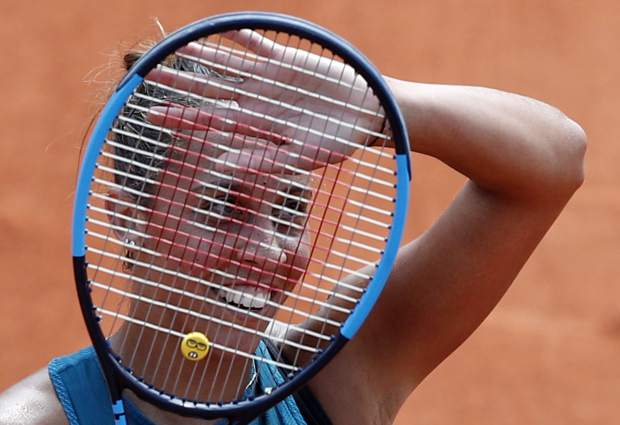 Madison Keys of the U.S. waves as she defeats Romania's Mihaela Buzarnescu after their fourth round match of the French Open tennis tournament at the Roland Garros stadium, Sunday, June 3, 2018 in Paris. Keys won 6-1, 6-4. (AP Photo/Christophe Ena)